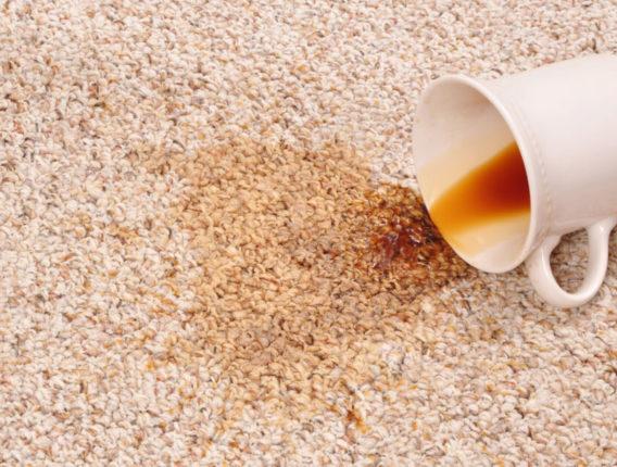 Koffievlek verwijderen uit tapijt