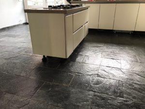 Leisteen vloer laten reinigen