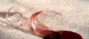 Wijn vlek verwijderen uit tapijt of meubels